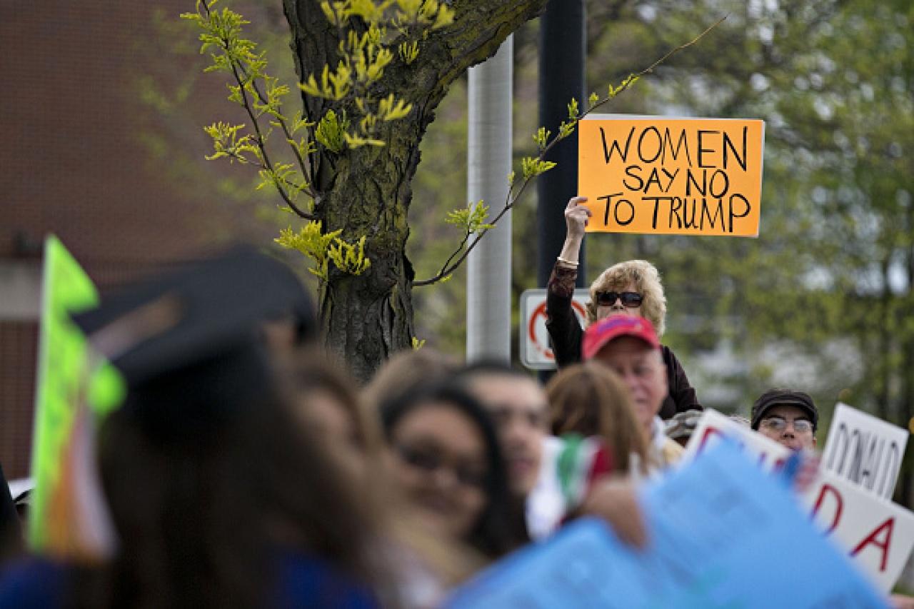 特朗普的女性支持度低企,示威者高舉「女人對特朗普說不」的牌子。(Getty Images)