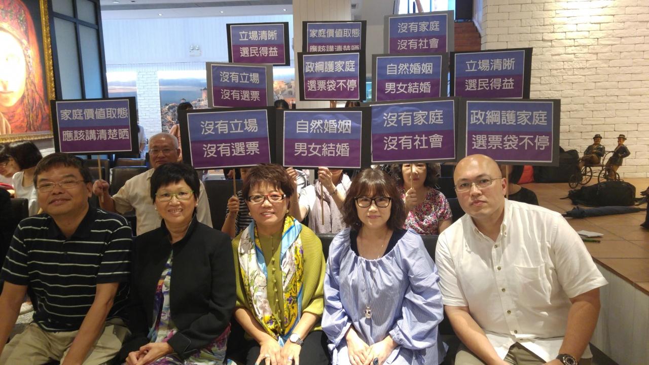 大聯盟主席楊敏瑩(中)表示,過往的參選人鮮有表明對同運議題的立場,希望藉問卷調查了解他們的取態。(譚貴鴻攝)