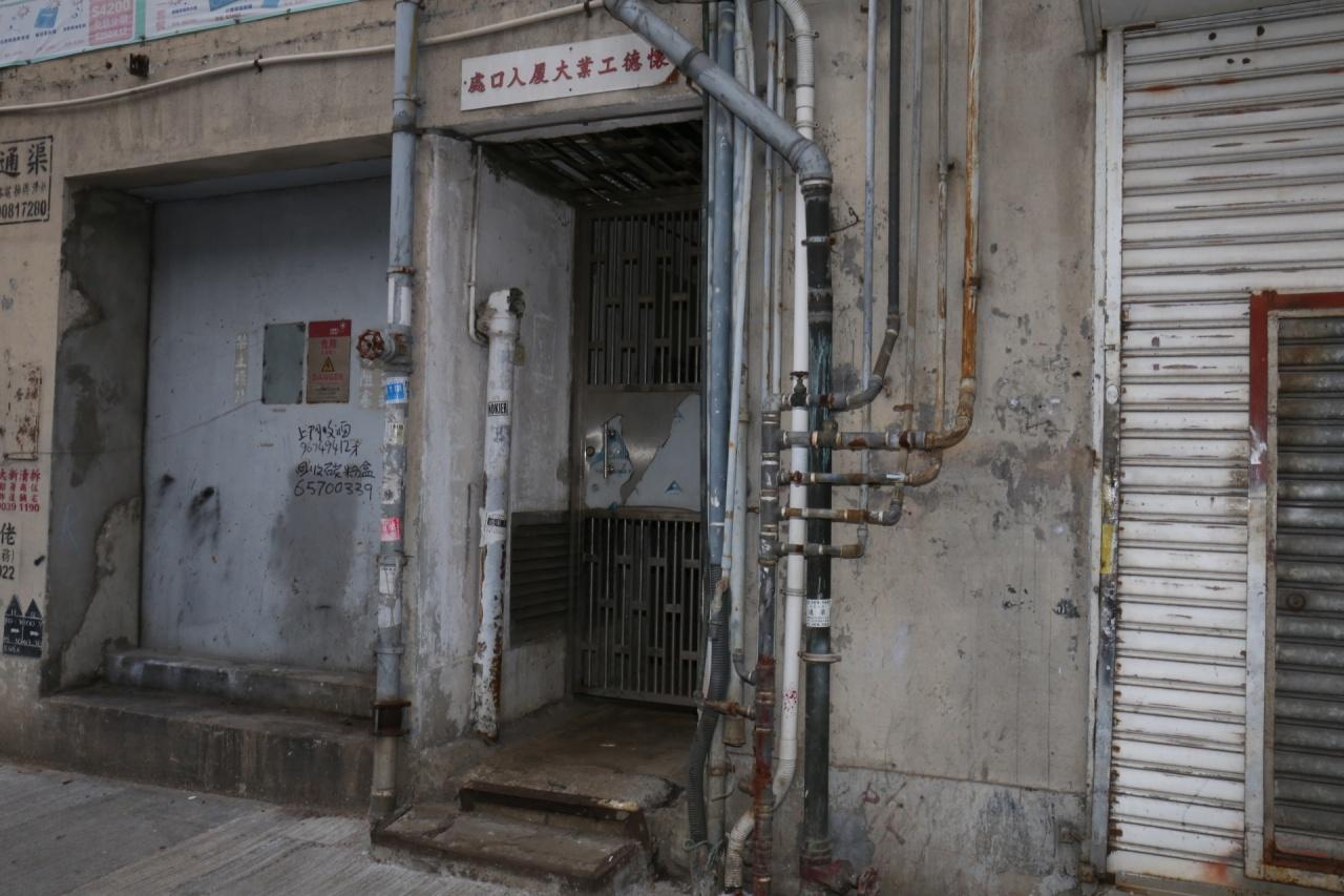 懷德工廈準備清拆,只餘一個出入口可供進出。(楊婉婷攝)