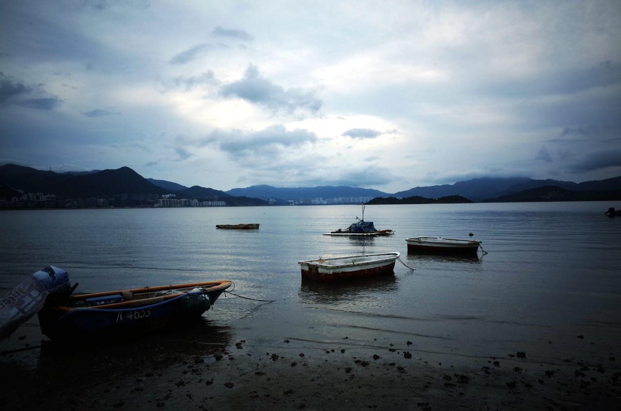 馬鞍山海灘面臨吐露港,不時有漁民外出釣魚。