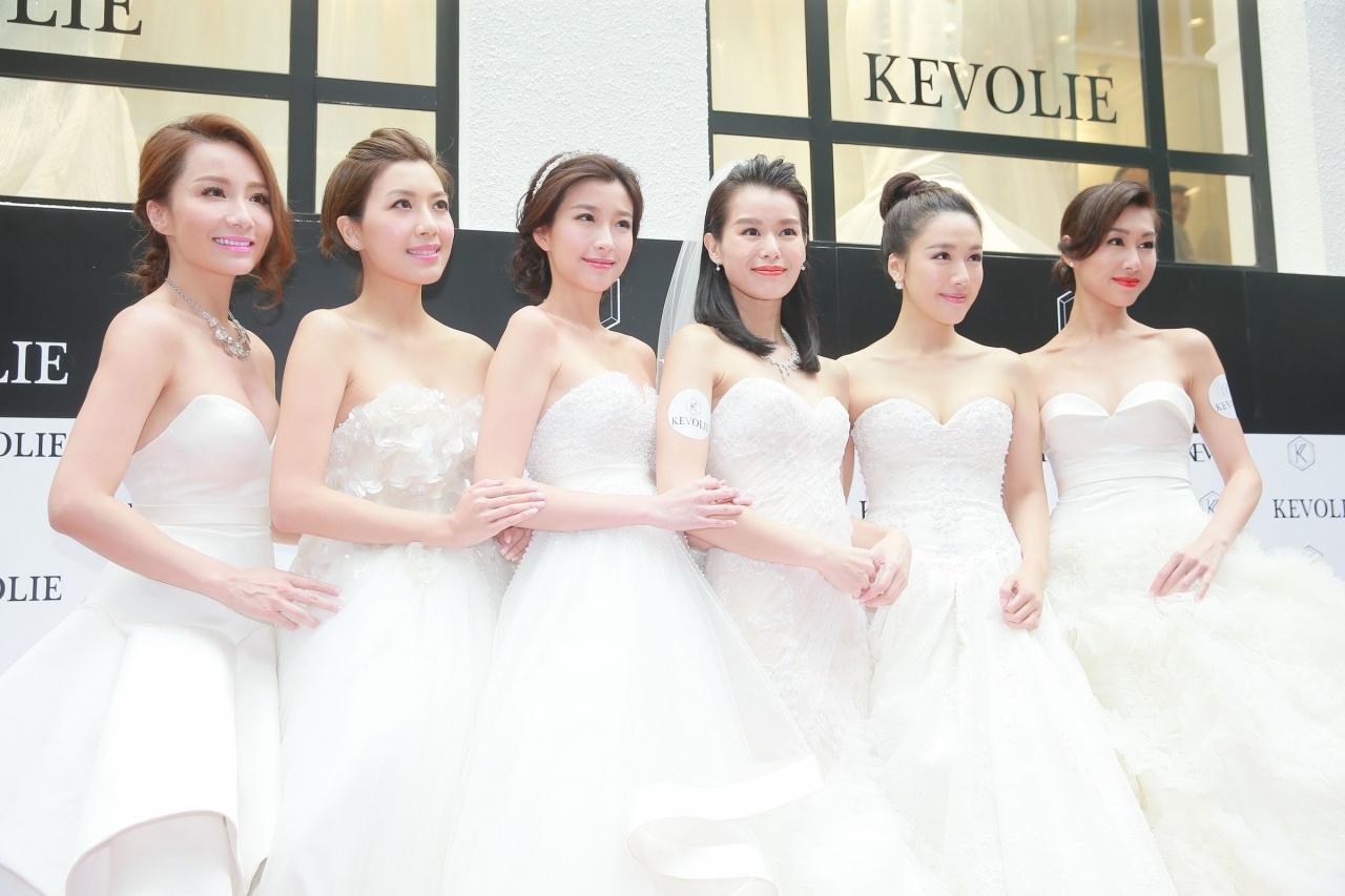 杏兒近年(右三)榮升婚紗店老闆娘,新店開張時獲一班姊妹到場支持。(TungStar)