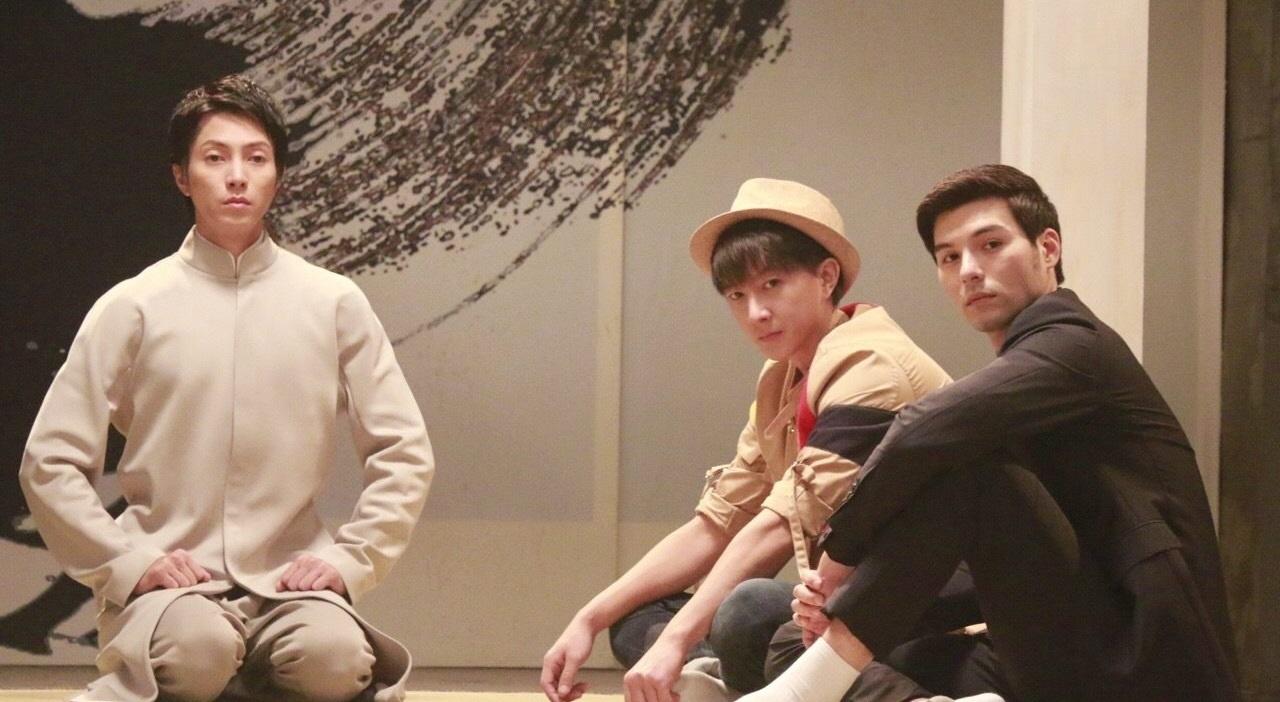 (左起)山P、韓庚及鳳小岳合作,穿中山裝的山下智久眼神放空,的確有未瞓醒的感覺,非常可愛。(微博圖片)
