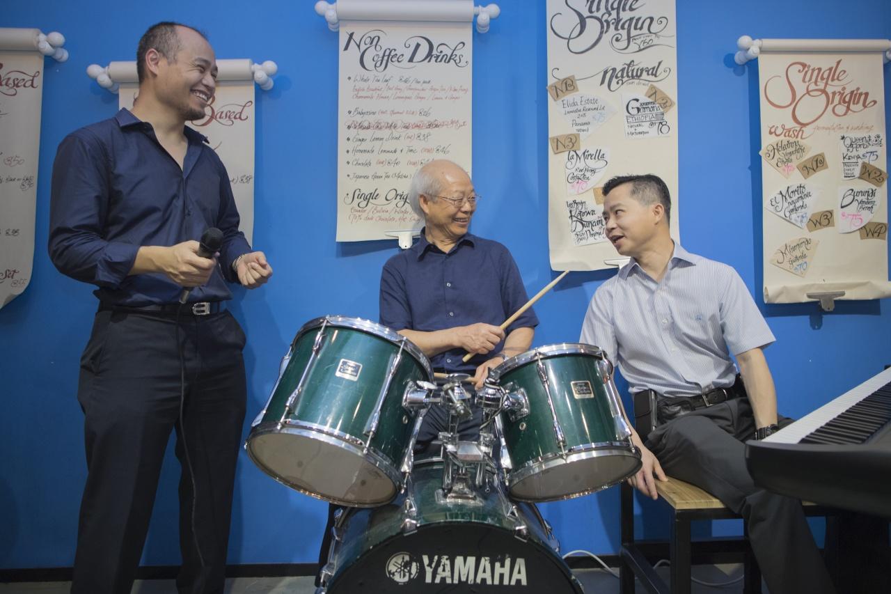 父子三人夾Band,父親Louis(中)負責打鼓,大仔Garry(右)鍵琴手,細仔Kenny(左)則是主唱。(余俊亮攝)