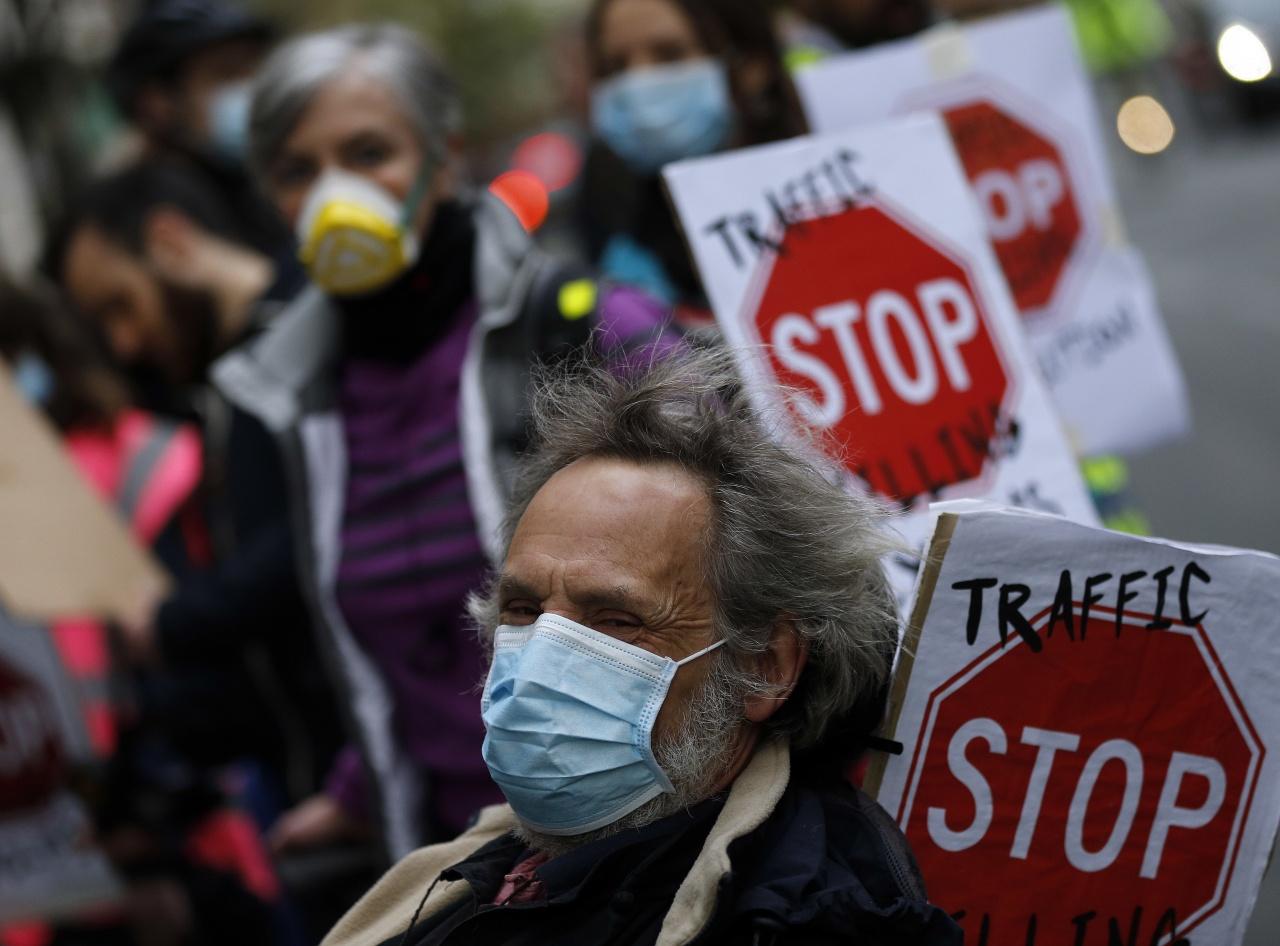 英國脫歐後,環保政策可能會減慢;圖為倫敦民眾就汽車廢氣污驗空氣問題抗議。(美聯社)