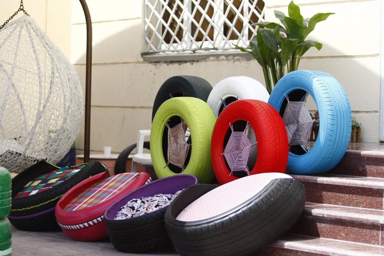 經清洗及翻新的輪胎,可成為新潮及耐用的傢俱。(Re.tire Facebook)