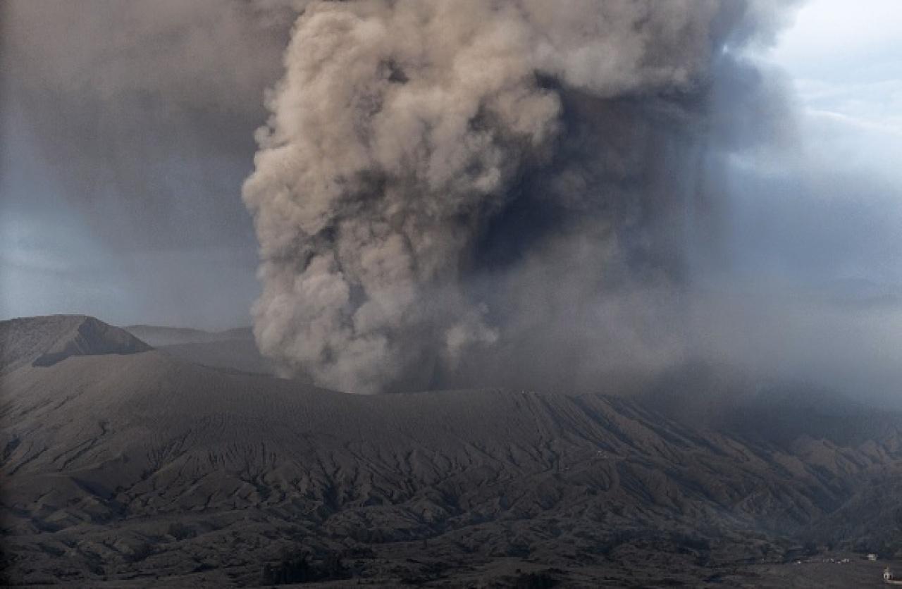 大規模火山爆發噴出的大量懸浮粒子,會將部分太陽輻射反射上太空,為地球降溫。(Getty Images)