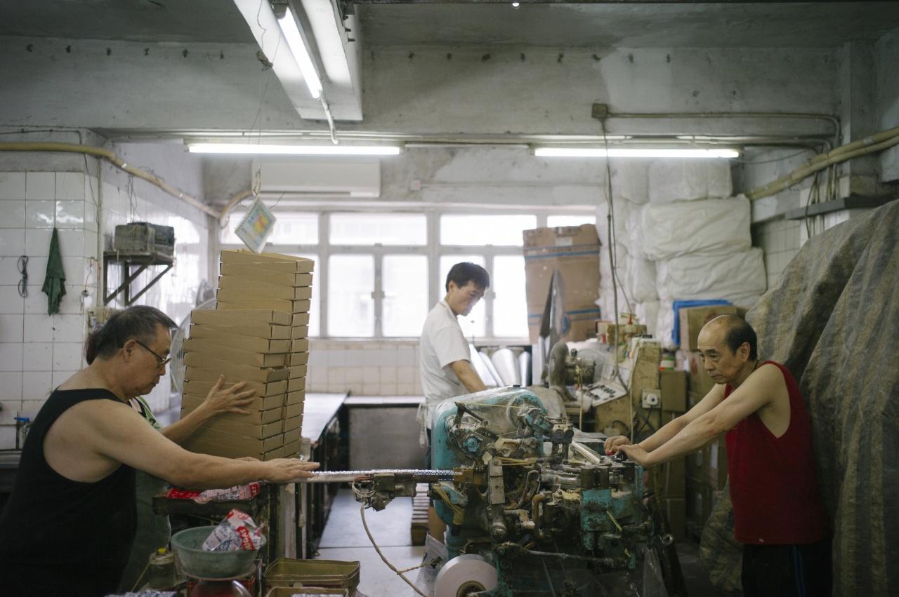 兩兄弟方煒培(左)及方富成(右)在工場甚少交流,但多年工作已建立默契,製糖時會互相「補位」。(曾梓洋攝)