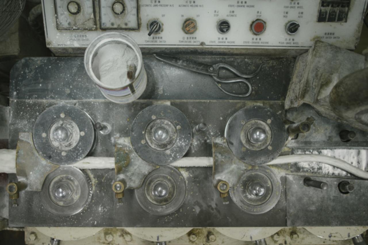 糖廠機器已有30 年,方富成向記者打趣說:「比你還要老!」(曾梓洋攝)