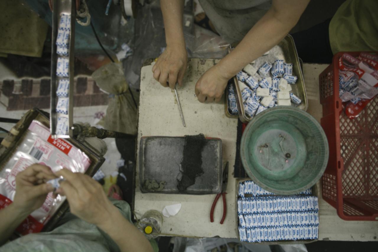 史蜜夫至今仍靠人手包裝,二十多粒一袋,包妥後便送進紙箱,運往各地。(曾梓洋攝)