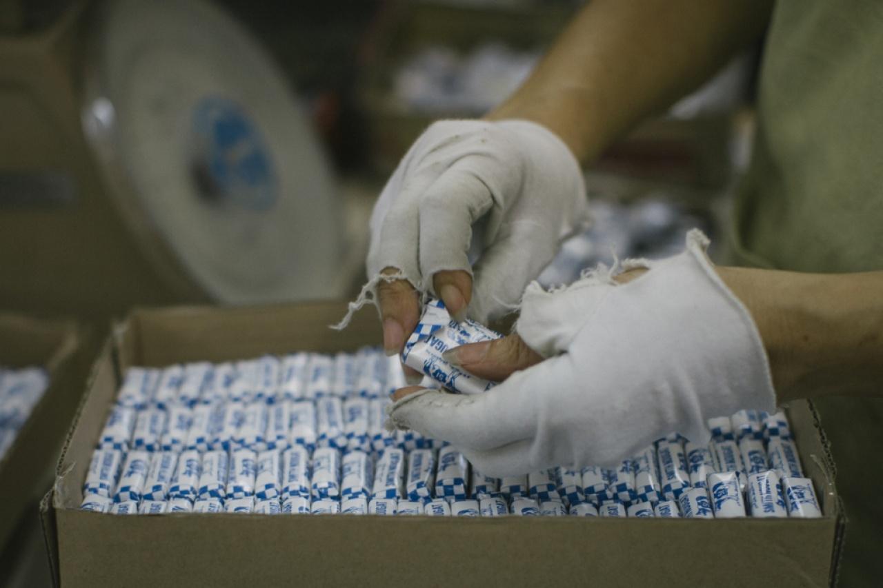 以藍白色格子紙包裝的鳥結糖,是史蜜夫的經典產品。