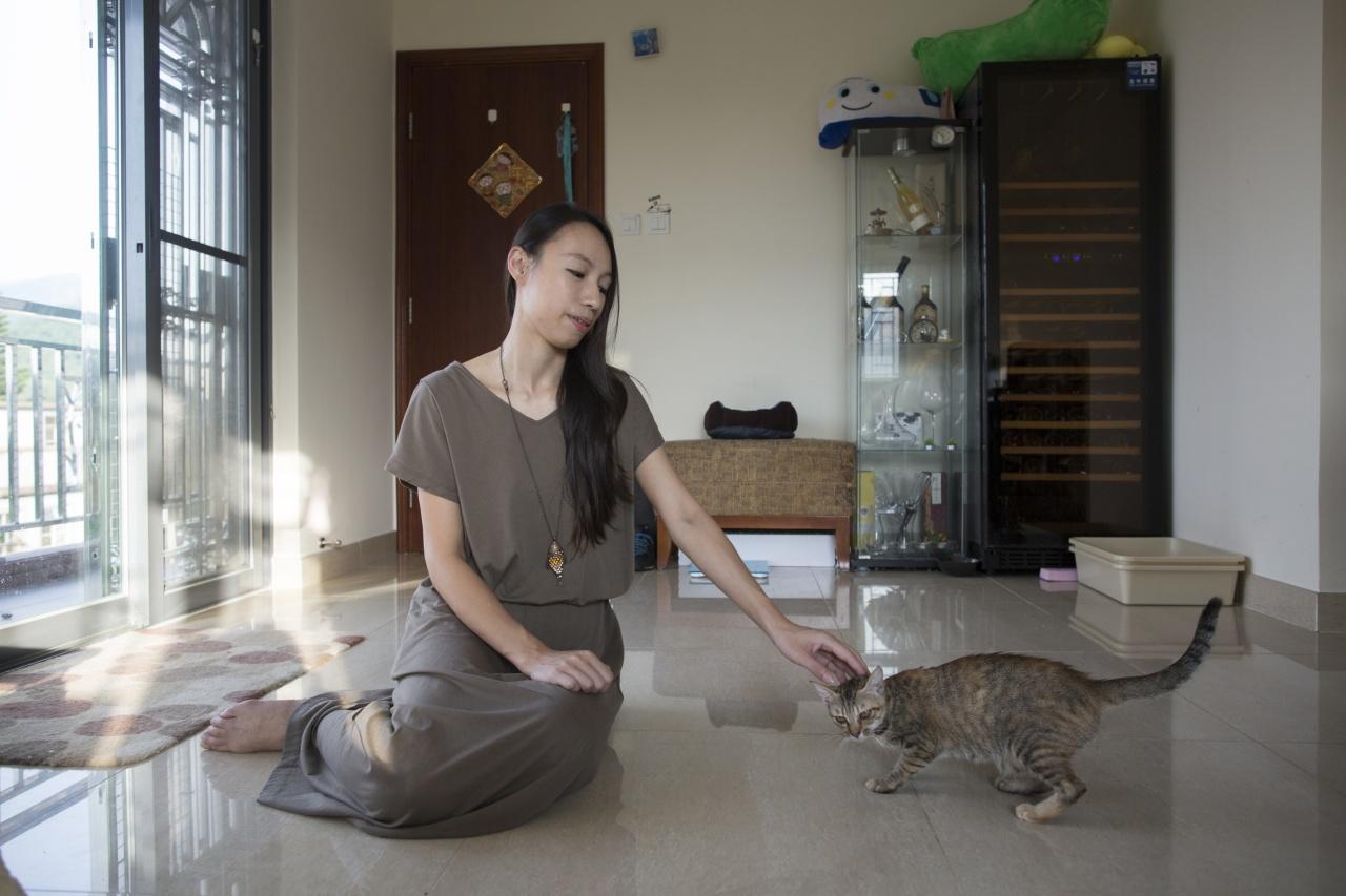 不論是自己養的還是暫託尋家的貓,Jane對每一隻都疼愛有加。 (李澤彤攝)