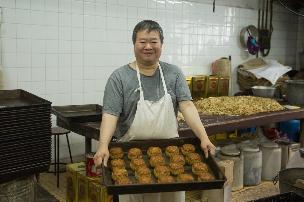 整餅30多年的榮哥稱,自己都很喜歡造中式餅,不時研究如何改善食物味道。(李孫彤攝)
