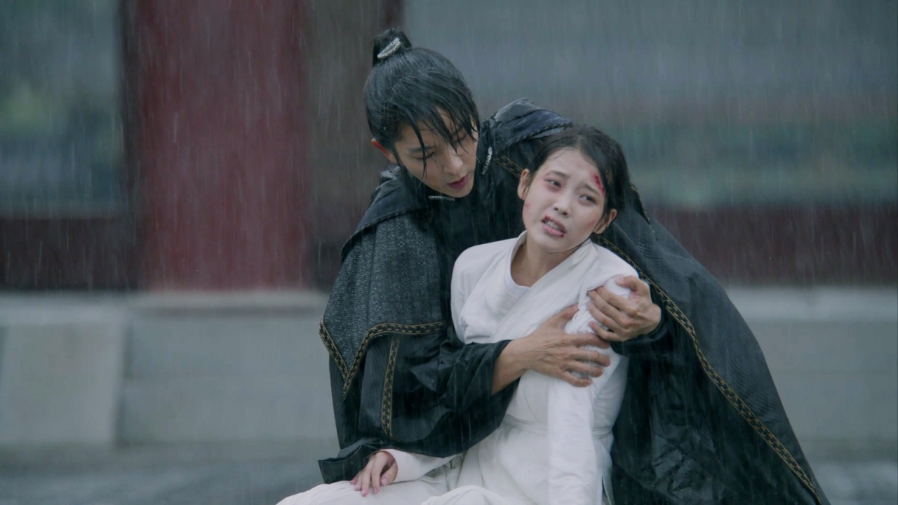 李準基在雨中肉緊抱著痛哭的IU,場面十分淒慘。