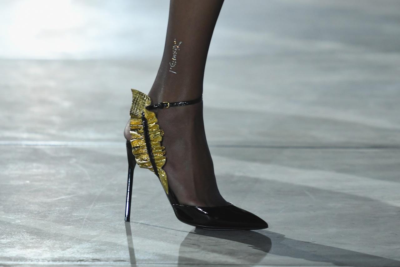 Slimane後期常用的YSL 80年代元素常常出現,例如高跟鞋的裝飾,Slimane的陰影似乎揮之不去。(Getty Images)