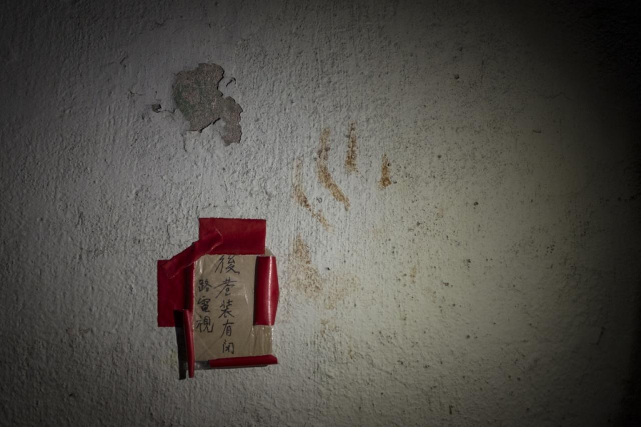 上周三發現貓尾的江蘇街後巷,貓屍體橫臥之處留下了一個血掌印。這裏一直是社區貓聚集點,義工早前在牆上貼上告示,阻嚇對社區貓不友善的人,但虐貓兇手仍然肆無忌憚地犯案。(羅君豪攝)