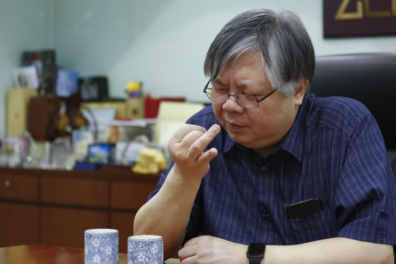 林偉駿落門市「偷聽」客人意見後,決定不再賣「香港貨」。(吳鍾坤攝)