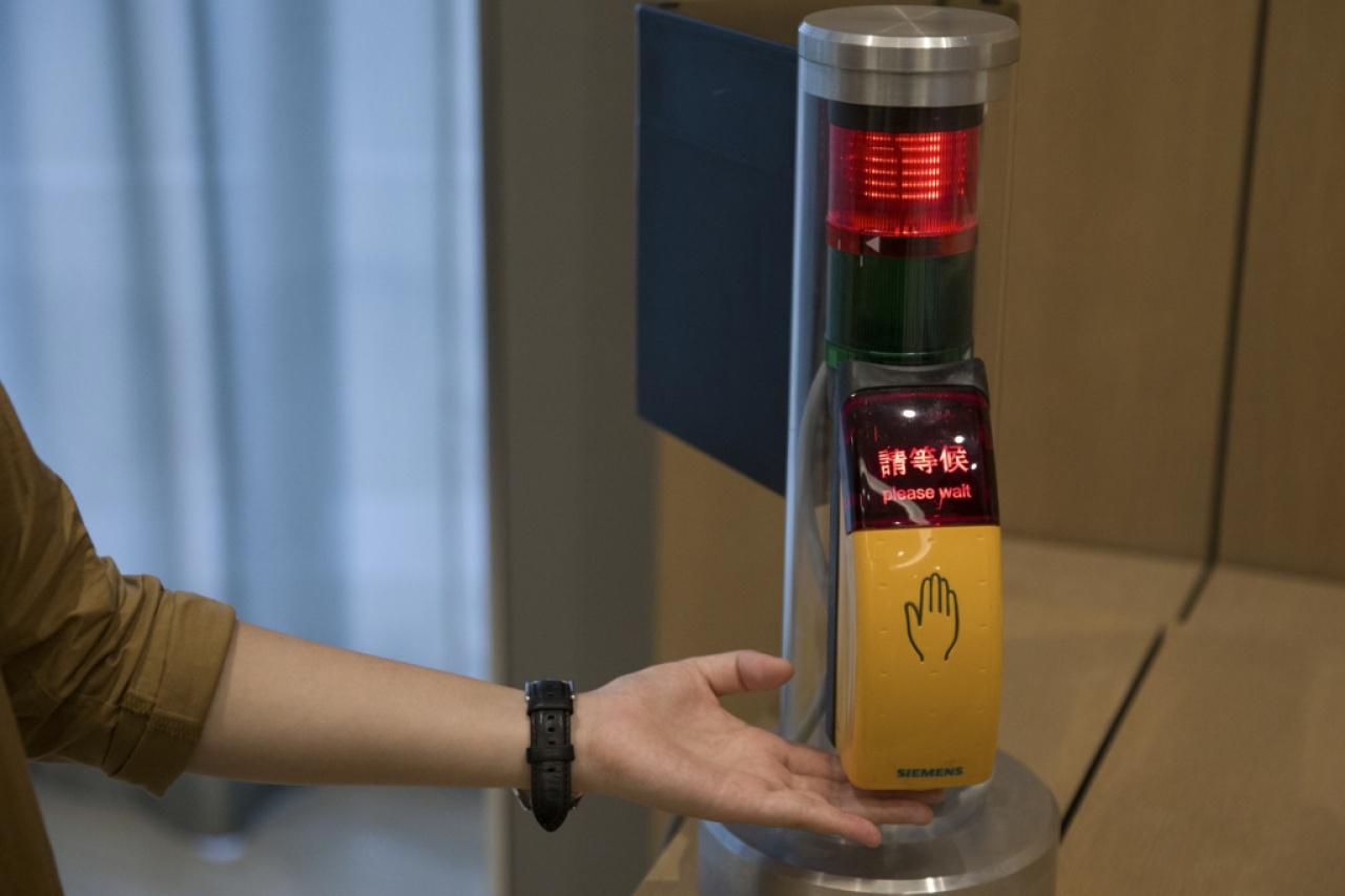 香港盲人輔導會為工作坊提供紅綠燈和電子行人過路發聲裝置,增加場景真實感。(黃永俊攝)