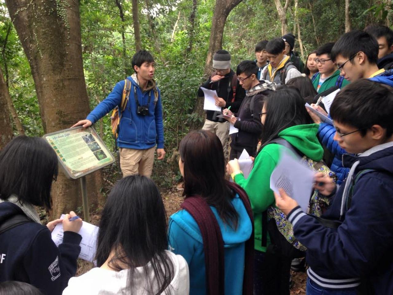 Xoni於攻讀博士課程期間,舉辦「Take Action!青年生態保育領袖計劃」,帶領中學生走訪香港各處,推廣環境教育。(受訪者提供)