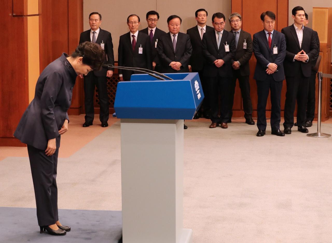 韓國總統朴槿惠25日發表全國電視講話,為事件公開道歉。(路透社)
