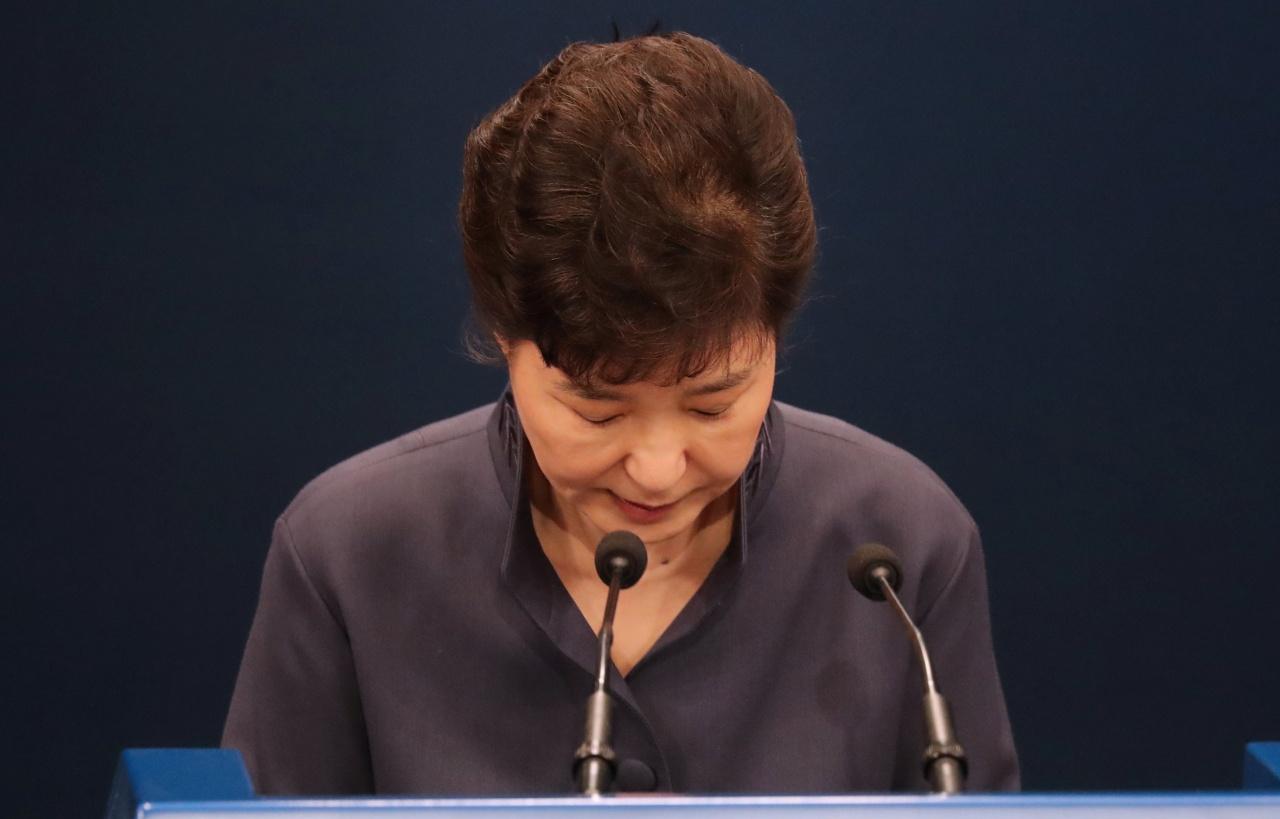朴槿惠公開承認曾徵詢好友崔順實意見,但在聘用助理後已停止有關操作。她為此欠身致歉。(路透社)
