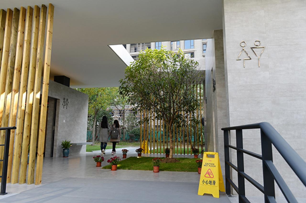 上海首座無性別公廁試運行。(澎湃)