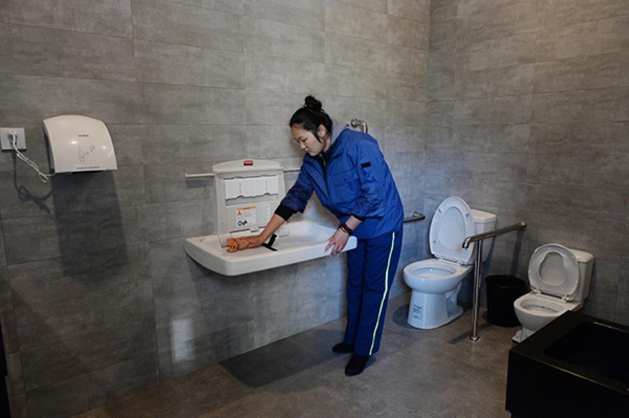 公廁內還有「家庭間」,附有小孩坐廁、母嬰設備等。(澎湃)
