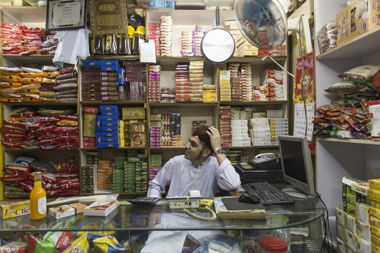 雜貨店少東雖年紀輕輕,卻因已熟讀可蘭經而甚得同族人尊重。