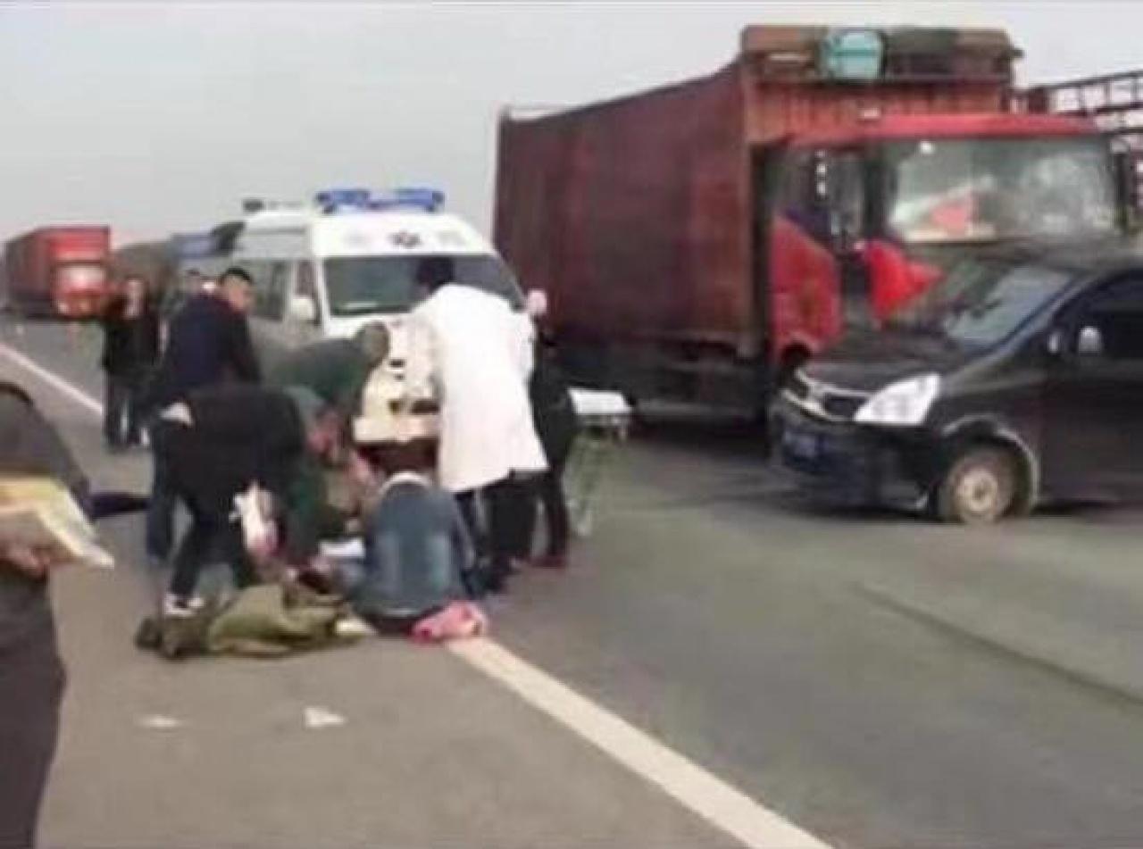 河北廊坊發生一宗動保義工攔車事件,三名義工受傷。(網上圖片)