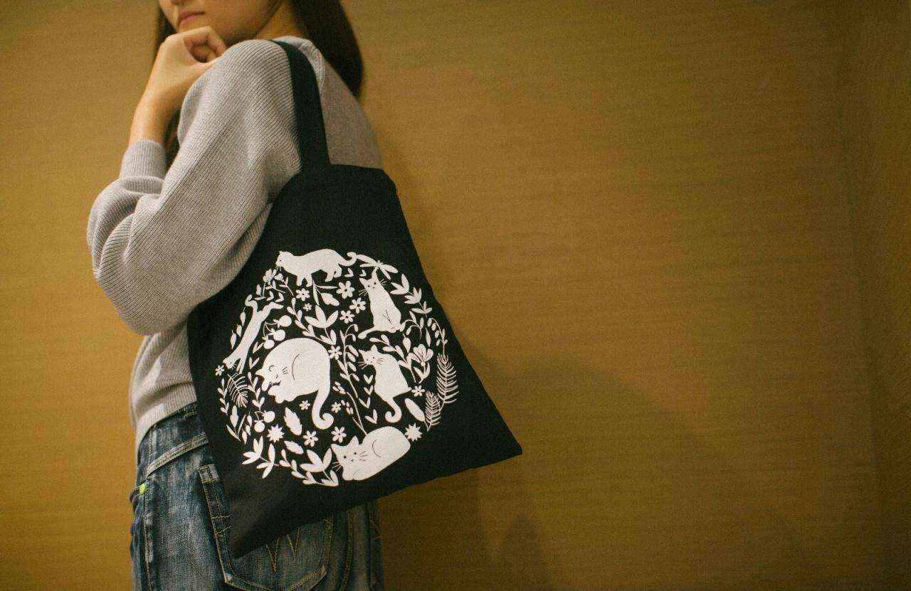 黑白兩款布袋正公開接受訂購,為嶺南貓籌款。(曾梓洋攝)