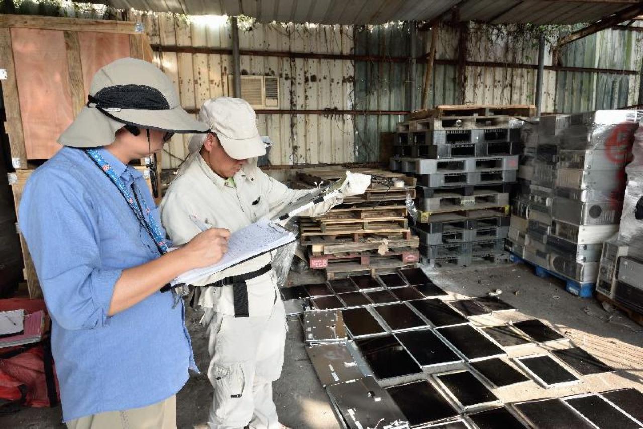 環保署於今次聯合行動檢獲大量化學廢物,包括液晶屏廢料、廢舊陰極射線顯像管、廢印刷電路板和廢鉛酸電池等,其中檢獲的廢液晶屏和顯像管達1300多個。(環保署圖片)