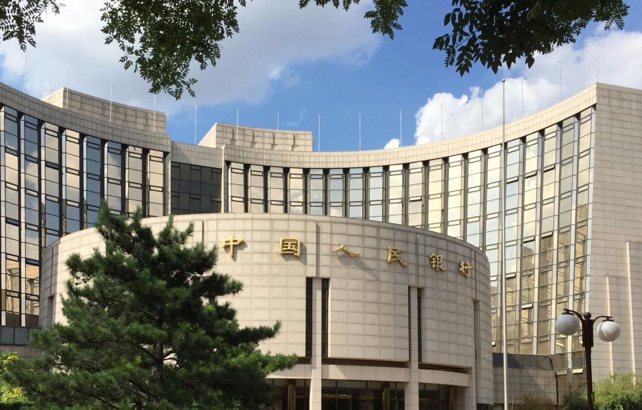 上海商業銀行林俊泓認為,人民銀行不會坐視人民幣來年「直線下滑」,但因為美元強勢,料明年人民幣貶值約7%。(新華社)