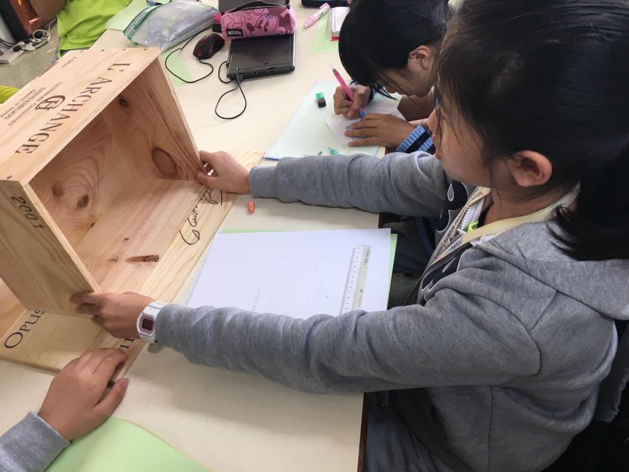 學生首先了解流浪貓的習性,再了學習貓屋的概念,繼而自行設計一個以紅酒箱製成的貓屋。(受訪者提供)