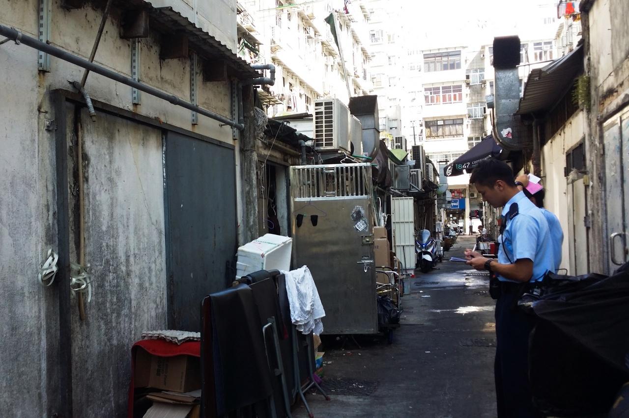 西貢後巷接連發現貓屍,警方今早接報到場,案件列作刑事調查。(溫釗榆攝)