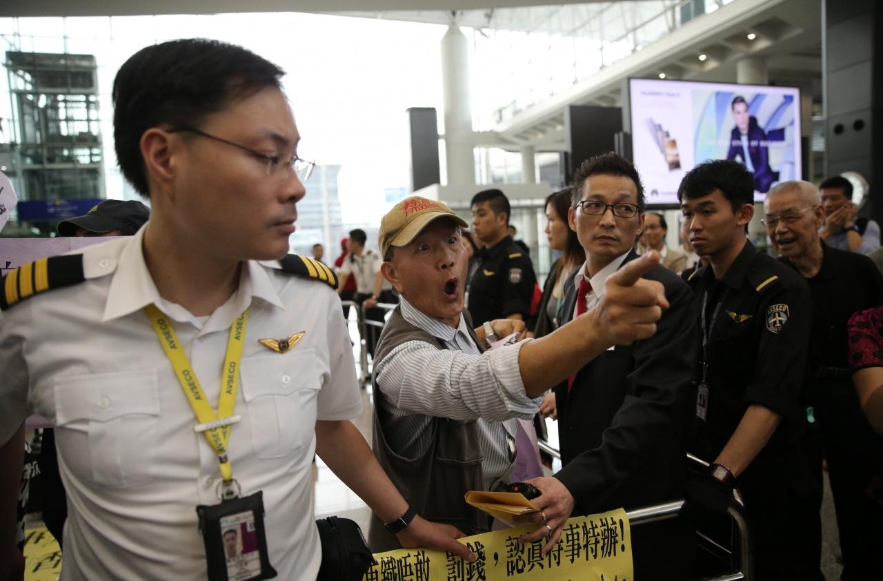 「珍惜群組」的成員指罵在機場靜坐的示威者。(黃永俊攝)